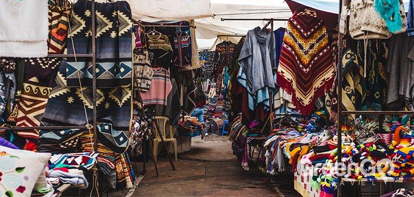 Ecuador-Souvenir-Guide-otavalo-market